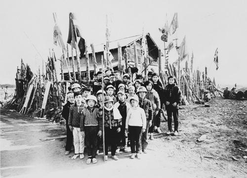 """北井一夫「三里塚」成田 千葉県(1970) """"Sanrizuka"""" by Kazuo Kitai. Childrens' resistance corps.,1970"""